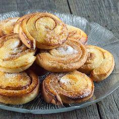 Deze heerlijke Zweedse kaneelbroodjes zijn makkelijk om te maken. Heerlijk met een grote kop thee. Recept voor 30 kaneelbroodjes.