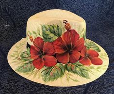 La imagen puede contener: planta y sombrerou Painted Hats, Painted Canvas Shoes, Painted Clothes, Hand Painted, Hat Crafts, Diy And Crafts, Cute Wolf Drawings, Flower Costume, Hat Embroidery
