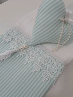 Toalha de lavabo Hobbies And Crafts, Diy And Crafts, Bathroom Crafts, Embroidered Towels, Decorative Towels, Sewing Rooms, Bed Covers, Kitchen Towels, Tea Towels