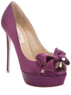 Escarpin à bout ouvert en soie violet Valentino avec noeud en soie sur le bout, talon aiguille et plateforme recouverts de soie et semelle en cuir.