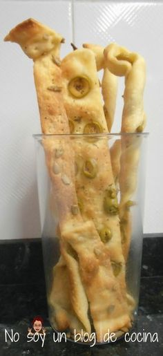 Pasta de full amb pipes i olives Bread Recipes, My Recipes, Favorite Recipes, Creative Kitchen, Party Finger Foods, Yummy Food, Tasty, Pan Bread, Crack Crackers
