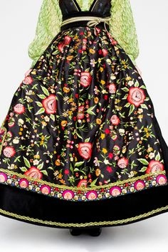 08EVA-LIE17716_web Gypsy Look, Boho Look, Viking Clothing, Viking S, Folk Fashion, Fantasy Costumes, Folk Costume, Traditional Outfits, Well Dressed