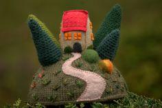 """""""Pine tree cottage""""- figurine décorative maison sur la colline, art textile…"""
