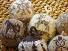 Boules de Noël en laine, au tricot