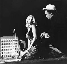 """Fellini dirigiendo a Anita Ekber, que es su musa """"Símbolo erótico"""""""