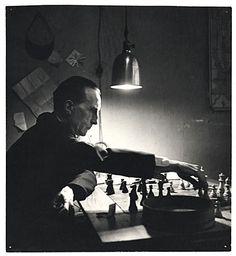"""Kay Bell Reynal, """"Marcel Duchamp jugando al ajedrez en su estudio de la calle 14"""", (1952), impresión de bromuro (22x20 cm.), Smithsonian Archives of American Art."""
