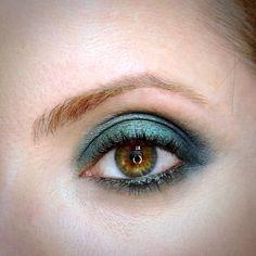 Julia Petit maquiagem em três tons de verde.