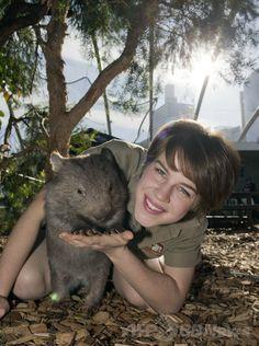 オーストラリア・シドニー(Sydney)の動物園「ワイルドライフ・シドニー(Wild Life Sydney Zoo)」で、一般公開デビューしたコモンウォンバットの赤ちゃん「リンゴ(Ringo)」と飼育員のエリン・コステロー(Erin Costelloe)さん(2014年6月19日撮影)。(c)AFP/WILD LIFE SYDNEY ZOO ▼19Jun2014AFP|ウォンバットの赤ちゃんがデビュー、豪シドニー動物園 http://www.afpbb.com/articles/-/3018215 #Wombat #Vombatidae #Wombats #Vombate #Vombatgiller #Erin_Costelloe