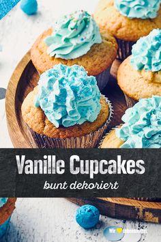 Ob mit Buttercreme und Crispies, Erdbeersirup und Dekor-Herzen oder Kondensmilch-Glasur und Mandelblättchen – bei Cupcakes dreht sich alles um die Verzierung. Probier unser Vanille-Cupcakes-Rezept aus! #edeka #cupcakes #backen #dessert #rezept
