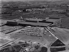 The Southdale Center in Edina, Minnesota paved the way for the construction of thousands of climate-controlled malls throughout the US that looked like it. Edina Minnesota, The American Mall, Minnesota Historical Society, Shopping Malls, History Photos, 2017 Photos, Twin Cities, Shopping Center, Historical Photos