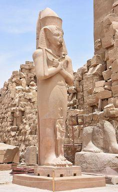 Estátua de Ramesses II - arquitetura antiga in Karnak Temple in Luxor Egypt - Karnak - Wikipedia, the… Ancient Egyptian Art, Ancient Ruins, Ancient History, Egyptian Temple, Egyptian Mythology, Egyptian Symbols, Egyptian Goddess, Old Egypt, Egypt Art