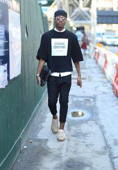 黒ニットキャップ×オープニングセレモニーの黒Tシャツ×白シャツ×黒サルエルパンツ×ベージュスニーカー                              …