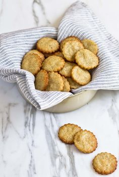 Homemade Gluten-Free Parmesan Crackers by Yummy Supper Gf Recipes, Gluten Free Recipes, Snack Recipes, Cooking Recipes, Whoopie Pies, Parmesan Crackers Recipe, Parmesan Crisps, Biscotti, Macarons
