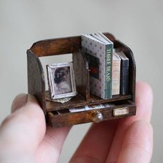 . 2017.4.19 . * miniature bookstand * . 明日販売する本立て。 こちらは1点になります。 . 今ふと思ったこと。 子供たちは今日も元気に登校。 旦那さんも元気に?(笑)出勤。 母と朝からメールでお話。 父と電話して元気な声が聞けた。 普通の普通のことと思ってしまうけど それってとっても幸せなこと。 感謝の気持ちを忘れないように 今日も一日頑張ろう!! . #ミニチュア#ミニチュア家具#本立て#本#写真立て#古物#アンティーク#アンティーク風#ドールハウス#miniature #miniaturedollhouse #bookstand#book#antique #instagood #instagram #instadaily #instapic #handmade#ハンドメイド