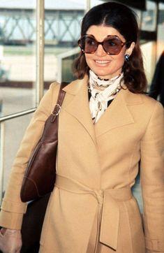 To Dress Like A Modern Day Jackie O Jackie Kennedy Onassis Style - Jackie Signature Style - Town & Country Estilo Jackie Kennedy, Jaqueline Kennedy, Jacqueline Kennedy Onassis, Retro Mode, Thing 1, Queen, Up Girl, Mode Inspiration, Timeless Fashion