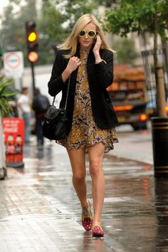 Fearne Cotton Photo - Fearne Cotton Walks Around London 2 Fearne Cotton Photos - Fearne Cotton is seen walking to work in an oriental style dress. - Fearne Cotton Walks Around London 2 Preppy Mode, Preppy Style, Style Me, Fearne Cotton, Gamine Style, Walking, Oriental Fashion, Lace Dress Black, I Love Fashion