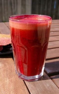 """So, you want to do a cleanse, but you've been wondering: what about all the fiber in those veggies and fruits? Should you use juices or smoothies? Why do some """"cleanses"""" involve juice only and some have smoothies with Healthy Juices, Healthy Smoothies, Healthy Drinks, Smoothie Recipes, Eating Healthy, Detox Juices, Yogurt Smoothies, Liver Detox Cleanse, Detox Your Liver"""