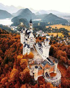 Castelo Neuschwanstein, na Alemanha, no outono