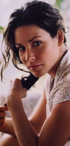 Evangeline Lilly - love her dark eye makeup. It really looks gorgeous on her and matches her dark features. How do you do that? I also like the grungy bronzer/blush look.