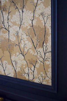 Créez une atmosphère japonisante dans votre salon en succombant à ce sublime papier peint floral Arklow. Salon Art Deco, Decoration, Art Nouveau, Frame, Home Decor, Style, Home Improvement, Decorating Tips, Linens