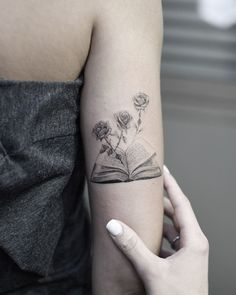 Awe-inspiring Book Tattoos for Literature Lovers - KickAss Things - crazy black and gray book tattoo ©️️ Tattoo Artist Edit Paints 😻😻😻 - Trendy Tattoos, Love Tattoos, Beautiful Tattoos, Body Art Tattoos, New Tattoos, Small Tattoos, Crazy Tattoos, Tatoos, Memory Tattoos