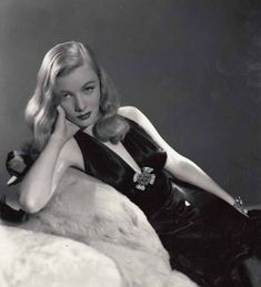 Dedicated to the quintessential blonde bombshell of the Veronica Lake. Here you will find an archive of images and information on the Femme Fatale of Film Noir. Old Hollywood Glamour, Golden Age Of Hollywood, Vintage Hollywood, Hollywood Stars, Classic Hollywood, Look Vintage, Vintage Glamour, Vintage Beauty, Vintage Girls