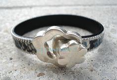 #Pulsera de cuero con ribete de cadena en print de serpiente y cierre flor de #zamak. #Bisuteria #CucaSimona #hechoamano
