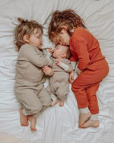 family of three - newborn photography - These three, what dreams are made of ❤ So Cute Baby, Baby Kind, Mom And Baby, Cute Kids, Cute Babies, Funny Babies, Sleeping Baby Pictures, Baby Sleeping Sign, Cute Baby Pictures