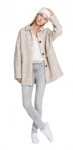 grey, cream, beige Damen Outfit Oversize-Outdoor-Trend von OPUS Fashion: beiger Mantel, graue Hose, weiße Mütze