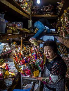 Masunobu-san is storing some of the finished kumade while Matsushita-san explains some details about the talismans featured. #Asakusa, #Kumade, #Matsushita, #oban 6/7 October 19, 2014 © Grigoris A. Miliaresis
