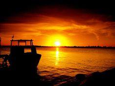 LAGO GUAÍBA - O Guaíba é o grande lago ao qual Porto Alegre está histórica e culturalmente ligada, é um ecossistema que sustenta uma rica biodiversidade, onde interagem diversas espécies vegetais e animais, que dependem de sua boa qualidade e preservação.  Em sua Orla encontram-se diversos pontos referenciais de Porto Alegre, Usina do Gasômetro, Anfiteatro Pôr do Sol, entre outros. Um excelente lugar para apreciar o Pôr-do-sol.