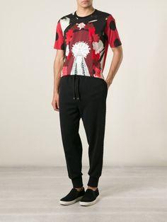 Image issue du site Web https://cdnd.lystit.com/photos/264c-2015/03/12/dolce-gabbana-red-virgin-mary-print-t-shirt-product-2-867019329-normal_large_flex.jpeg