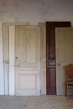 フランス.ペイント木製ドア-antique wood door 壁に立て掛けて古い塗装がラスティックな雰囲気を、時に層になったペイントの加減は設えに奥行きを保たせるパネルドア。ノブ金具を取り付け空間の間仕切りに、部屋を分ける入り口に。過度なモールディング装飾を感じないプレーンなデザインのドアを中心に、のっぺりとしない様白単色ではない表情のお品を選びました。 Door Design, Backdrops, Dressing, Iron, Doors, Antiques, Natural, Interior, House