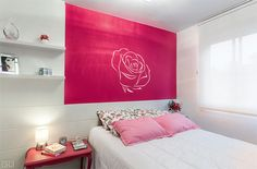 quarto, janela, cama pequena, prateleiras, painel