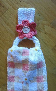 Crocheted Towel Holder with Recycled (plastic drink) Ring (free crochet pattern) Crochet Towel Holders, Crochet Dish Towels, Crochet Towel Topper, Crochet Kitchen Towels, Crochet Potholders, Crochet Home, Crochet Gifts, Crochet Yarn, Free Crochet