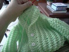 Olhem o casaquinho de tricô que fiz. Se quiser fazer pro seu bebê, tem receitinha abaixo. Qualquer dúvida é só perguntar. bjs em todos ...