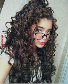 To have beautiful curls in good shape, your hair must be well hydrated to keep all their punch. You want to know the implacable theorem and the secret of the gods: Naturally curly hair is necessarily very well hydrated. Curly Hair With Bangs, Curly Hair Cuts, Short Curly Hair, Wavy Hair, Curly Hair Styles, Natural Hair Styles, Medium Length Curly Haircuts, Girls With Curly Hair, Long Natural Curls