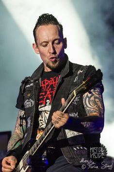 Duckie Michael  he's the only one who could pull it off! Volbeat - WFF 2014 - Metal-Fotos von Florian Stangl