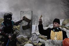 El fotógrafo francés Jerome Sessini, de la agencia Magnum, ha ganado el segundo premio en la categoría de noticias de actualidad. Un sacerdote ortodoxo bendice a los manifestantes en una barricada en Kiev (Ucrania) el 20 de febrero de 2014. Jerome Sessini (AP)