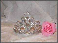 All information about Fondant Princess Crown Template. Pictures of Fondant Princess Crown Template and many more. Princess Cookies, Princess Tiara, Sweet 16 Cakes, Cute Cakes, Fondant Figures, Birthday Cake Crown, Jasmine Cake, Tiara Cake, Cake