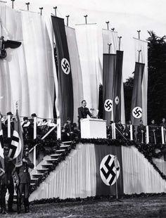 Tijdens een protestdemonstratie tegen het bolsjewisme/communisme op het Museumplein/IJsclubterrein in Amsterdam, wordt  het woord gevoerd door de Rijkscommissaris, Dr. A. Seyss Inquart. Foto: 27 juni 1941.