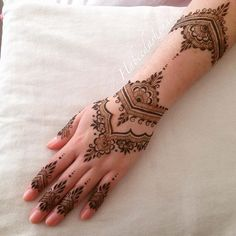 A @nxedhenna design for @ishrat.123. Repeated the wrist part up top again to…