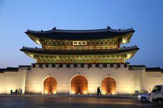 광화문과 광장전경 Gwanghwamun & Plaza & Blue House    광화문 http://en.wikipedia.org/wiki/Gwanghwamun  광화문광장 http://en.wikipedia.org/wiki/Gwanghwamun_Plaza  청와대 http://en.wikipedia.org/wiki/Blue_House    한국역사박물관에서 바라본 광화문의 전경과 광화문로!!!  멀리 청와대도 보인다.        우리들한의원 홈피 http://www.iwooridul.com/english  日本語HP http://www.iwooridul.com/japan  中國語 HP http://www.iwooridul.com/chinese    우리들한의원 무료앱 다운법 사상체질진단가능 free app. sasang diagnosis program.  http://www.iwooridul.com/app-update