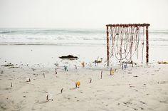 (Foto 13 de 16) Decoración para Ceremonias de Boda en la Playa. Imagen: Style Me Pretty, Galeria de fotos de Decoración para Ceremonias de Boda en la Playa