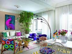 El sello indiscutible del estudio Livingpink se respira en cada detalle de este fantástico piso de Madrid, propiedad de una joven diseñadora de moda, que refleja su pasión y su alma a través de la riqueza de tejidos y colores, resaltados sobre una base de colores claros que iluminan las piezas de decoración como si de una pasarela se tratara... ...