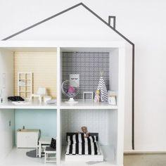 Das IKEA KALLAX Regal lässt sich perfekt als Puppenhaus oder Barbiehaus umfunktionieren. Bei uns bekommt ihr passend für die vier Regalfächer eine Wandfolie mit Tapeten, Postern und vielen schönen Details. Die Hausfassade haben wir mit Washi Tape ergänzt. Viele weitere Bastelideen für die Einrichtung findet ihr auf unserem Blog. Die Wandfolie gibt es auch noch in rosa/grau.