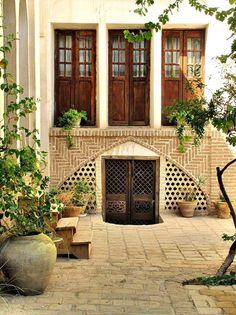 Традиционный особняк богатой персидской семьи (о котором нынче втайне мечтает каждый иранец) обязательно включал просторный двор, с садиком и небольшим бассейном для золотых рыбок посередине... #иран #iran #персия #goiran