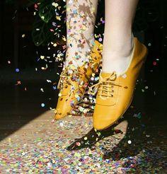 yellow shoes, um no!