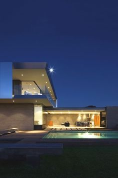 The STAAB Residence is a house built by Chen + Suchart Studio in the middle of the Arizona Desert. With a very modern structure, architects have thought to plac Residential Architecture, Contemporary Architecture, Amazing Architecture, Interior Architecture, Casa Patio, Architecture Magazines, Desert Homes, Modern Exterior, Modern Buildings