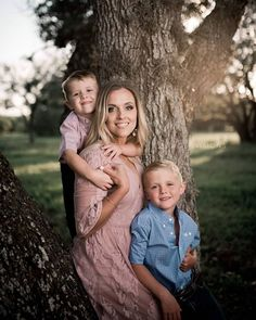 Creative family photo shoot ideas Get tips on what to wear for your single mom family pictures Put your family s personality into the photo Summer Family Pictures, Cute Family Photos, Fall Family Photo Outfits, Family Picture Poses, Mom Pictures, Picture Ideas, Family Photo Shoot Ideas, Creative Pictures, Family Photo Shoots